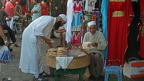 モロッコのスークで働く男性