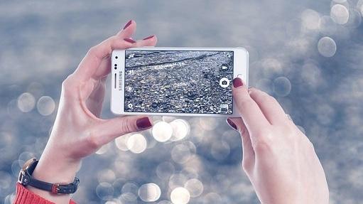 女性が持っているスマートフォン