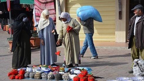 買い物するモロッコの女性