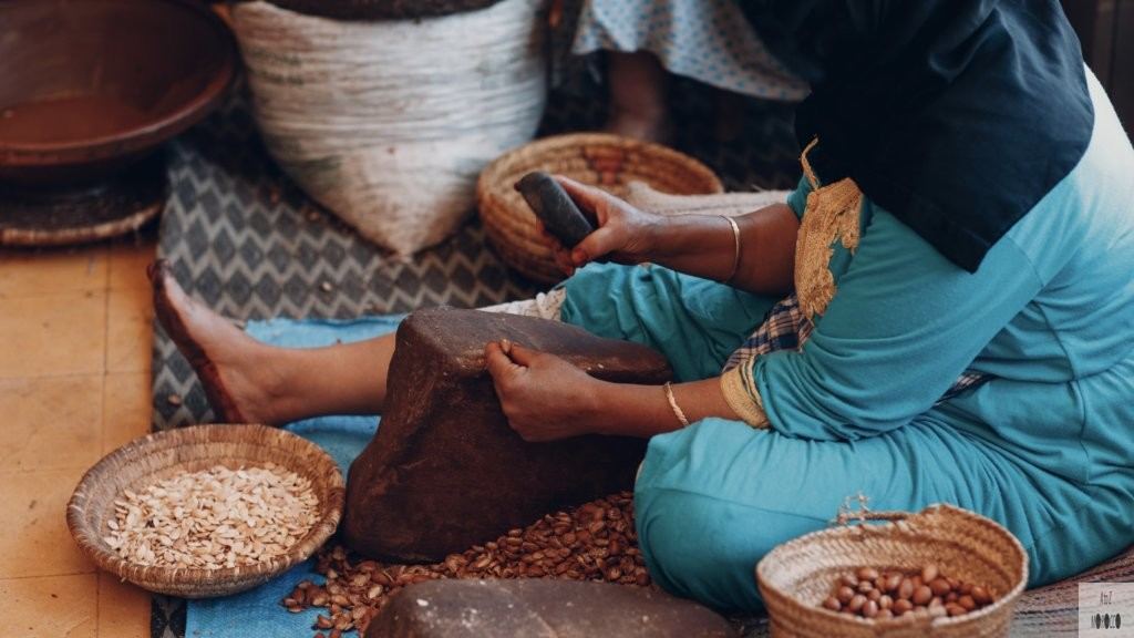 アルガンオイルを作るモロッコの女性