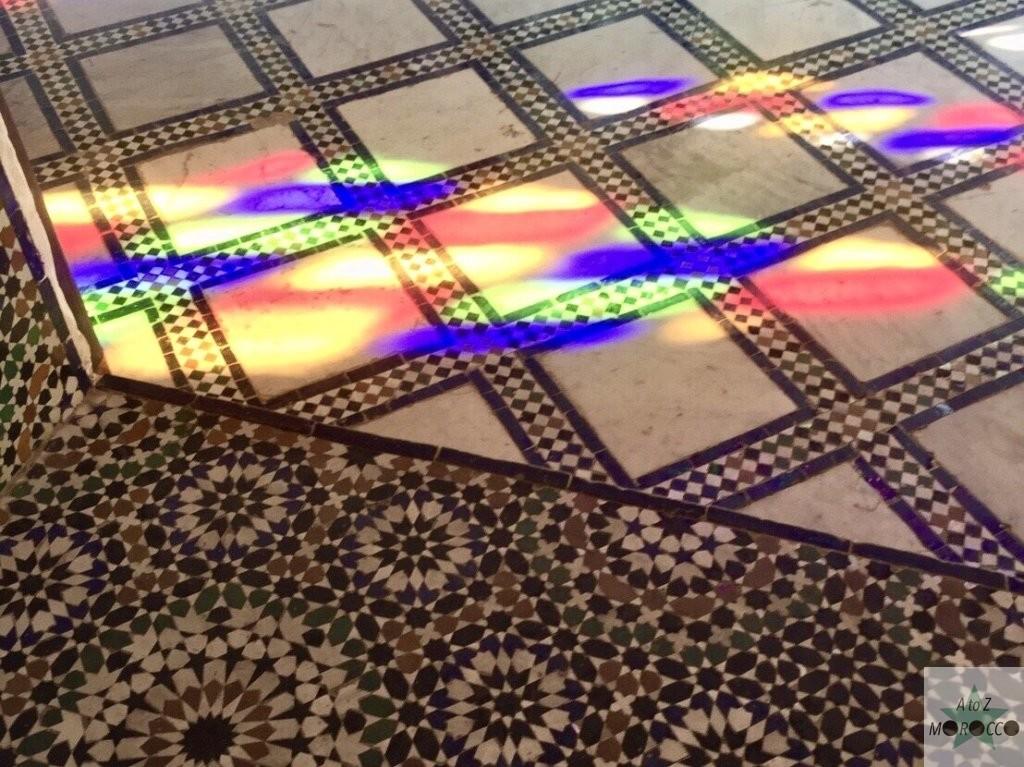 バヒア宮殿の床の美しいステンドクラスの光