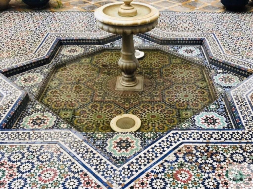 モロッコのリアドの中庭の噴水