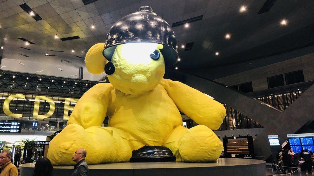 ドーハ・ハマド国際空港の黄色いクマ