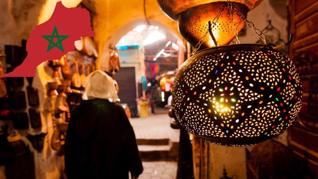 モロッコのスークにかかるランプ
