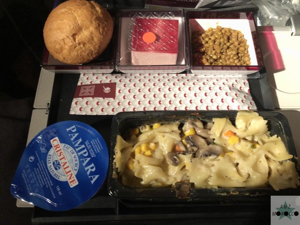 カタール航空機内食のパスタとデザート