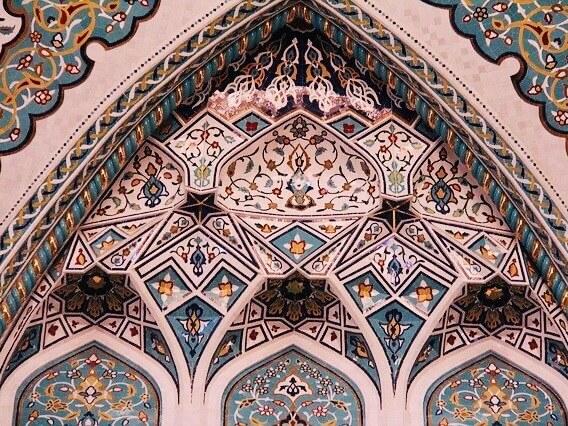モスクの内装のアラベスク模様