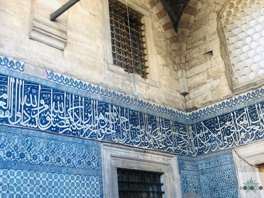 モスクの外壁に描かれたアラビア文字