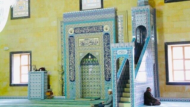 モスクのミフラーブとイスラム男性