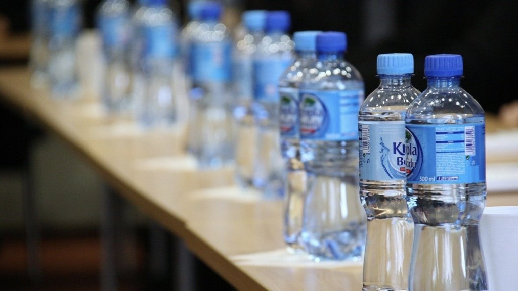 複数のペットボトルの水