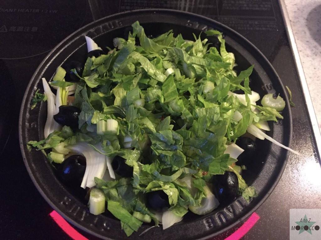 セロリの葉をタジン鍋に入れる