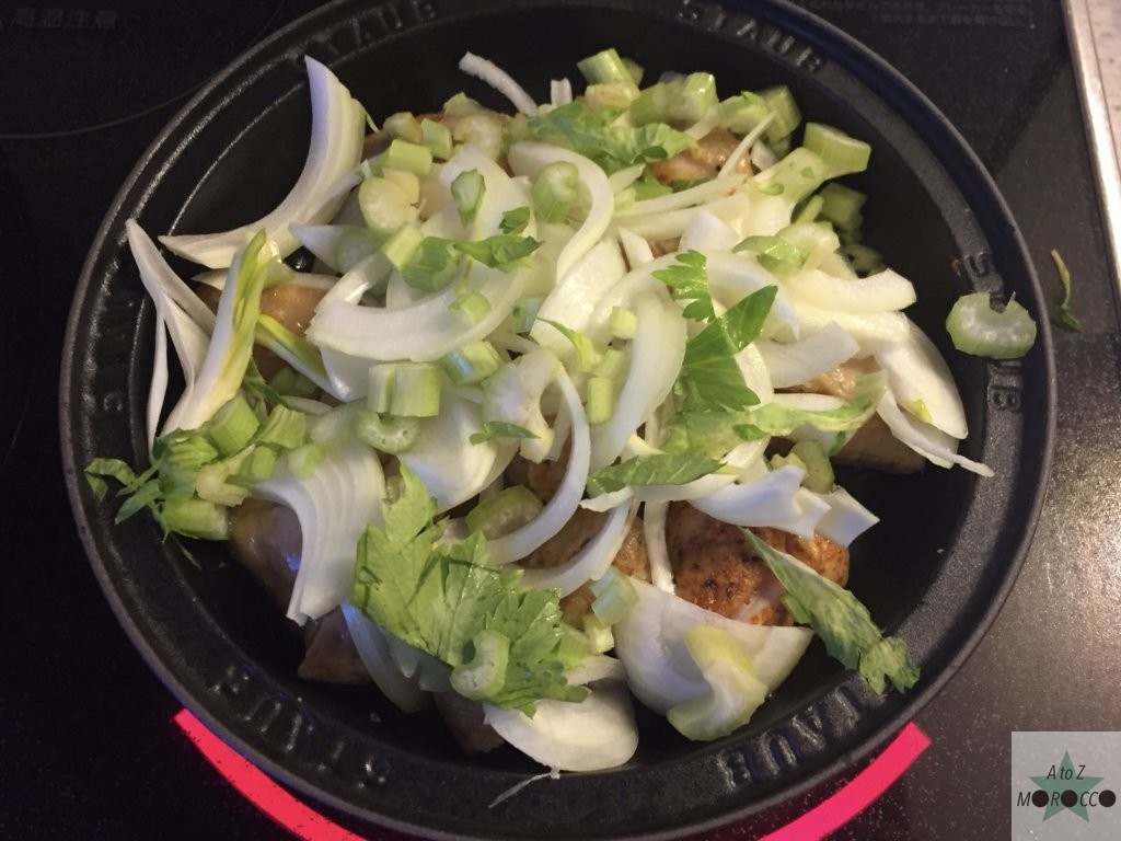 玉ねぎとセロリをタジン鍋に入れる
