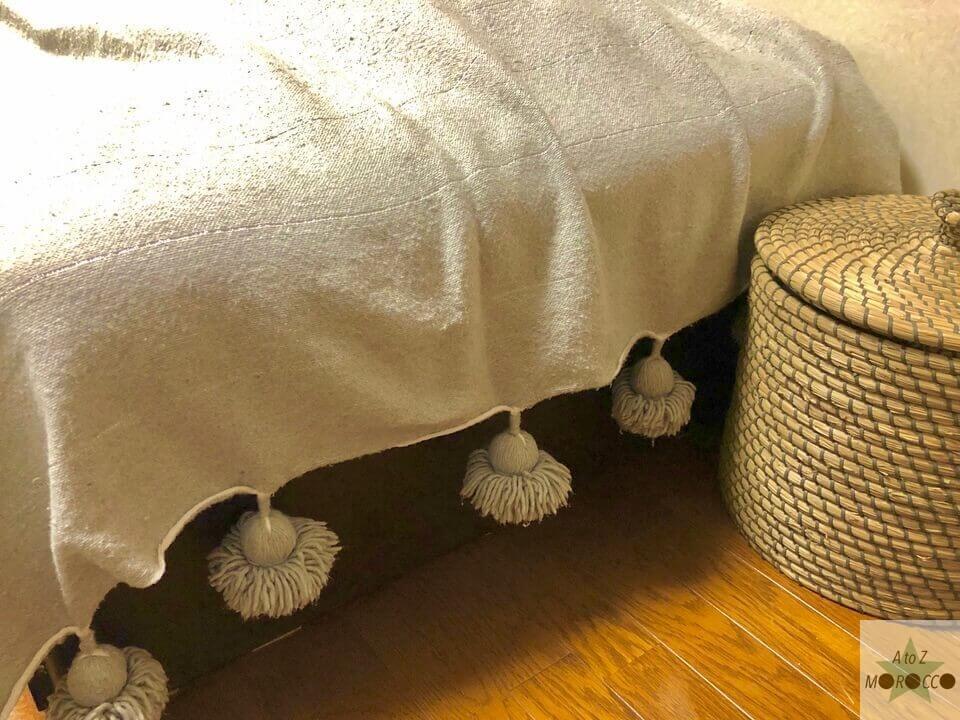 ベッドカバーとしてポンポンブランケット使用