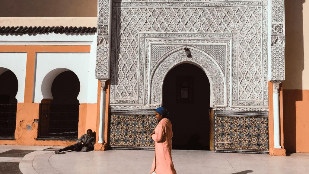 歩いているモロッコの女性と横たわっているモロッコの男性