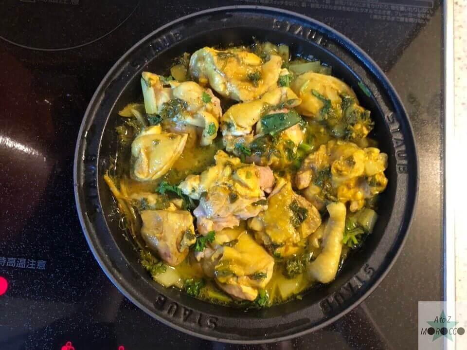 調理された鶏肉をひっくり返したタジン鍋