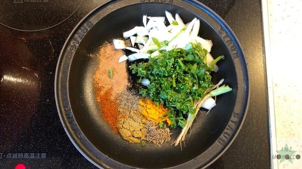 スパイス・玉ねぎ・パセリ・コリアンダーをタジン鍋に入れる